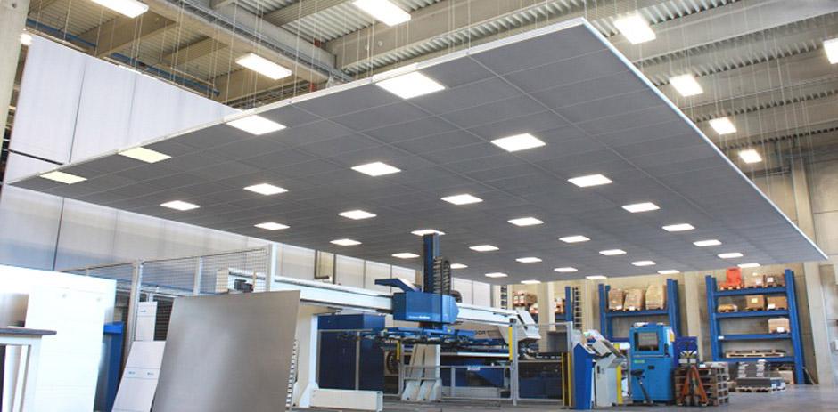 Deckenspiegel, Schallabsorber mit Leuchten in einer Industriehalle