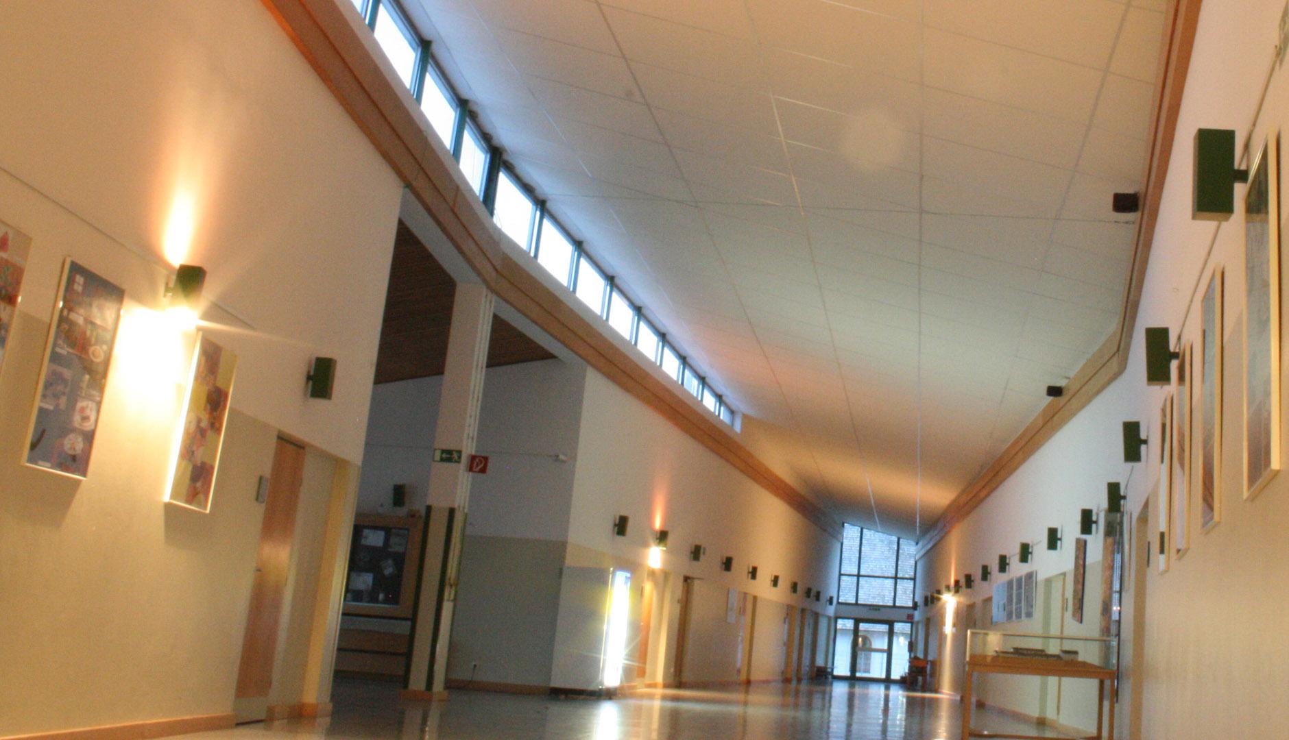 Akustikdecke im Flur einer Schule