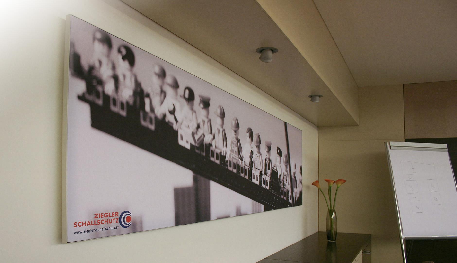 Schallabsorber mit Bild an der Wand