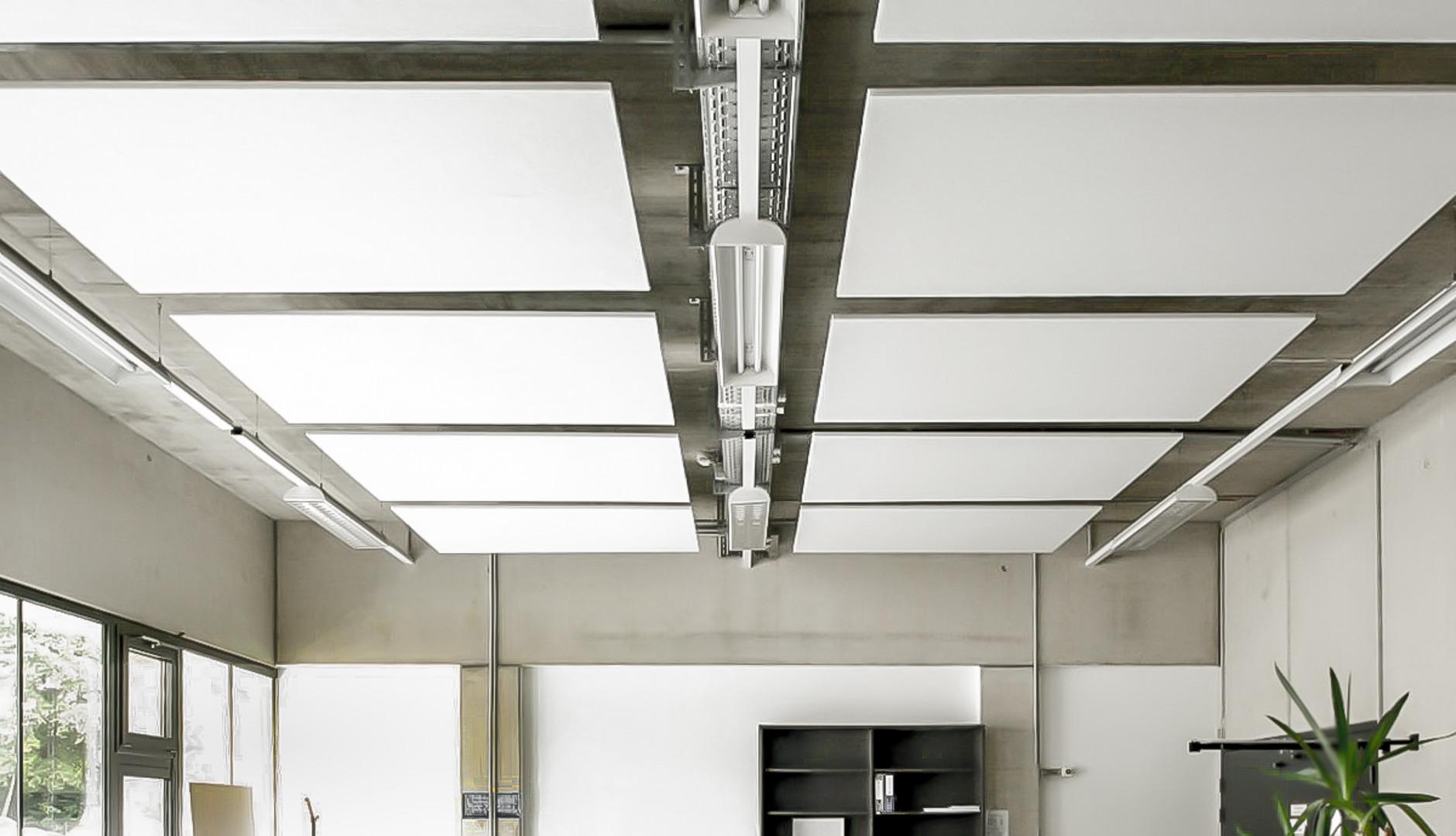 Weiße Deckensegel in einem modernen Büro