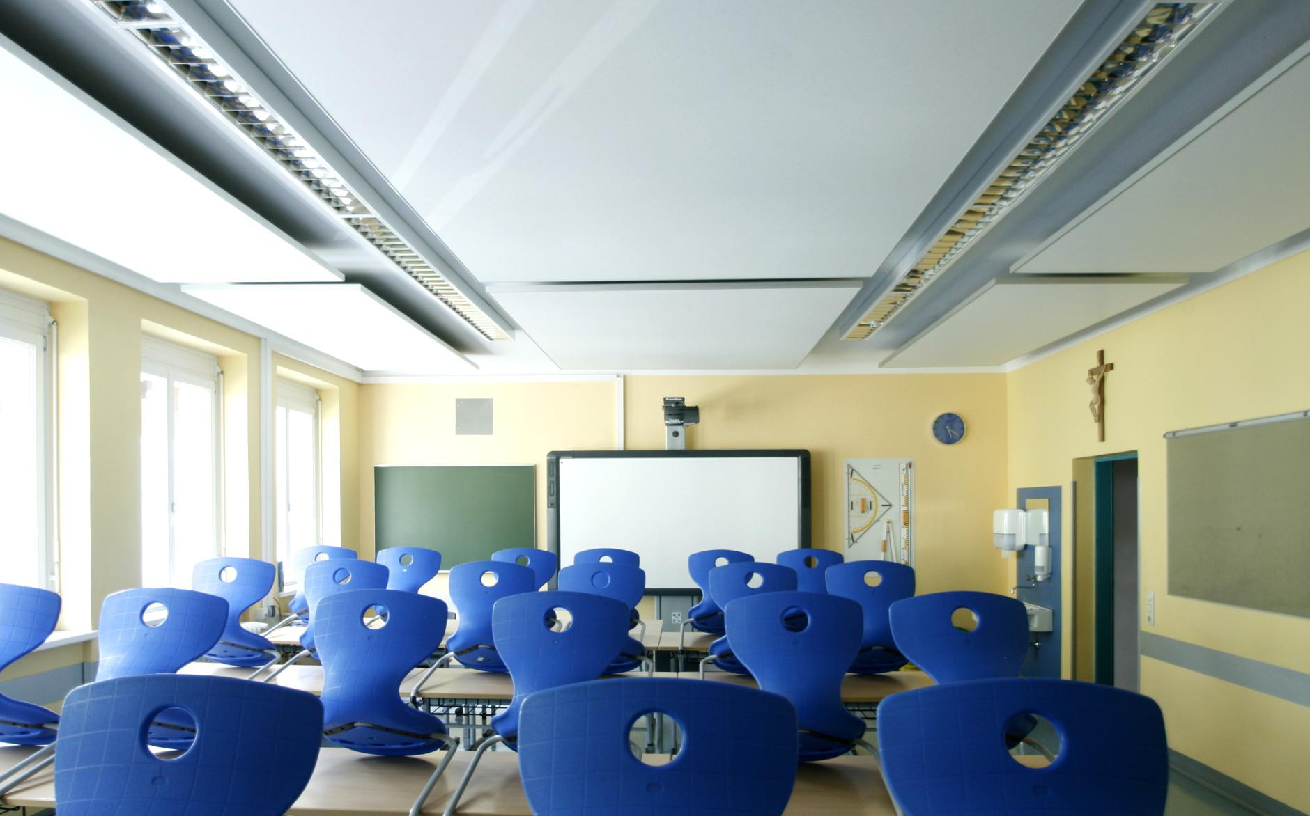 Deckenakustik in einer Schulklasse