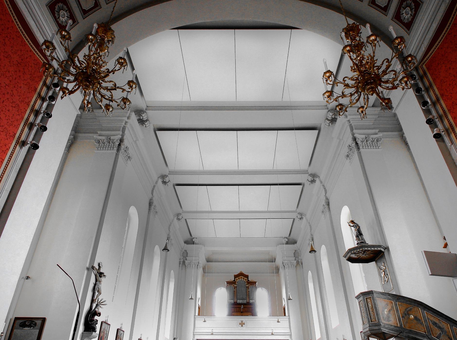 Deckensegel haben viele Anwendungen, zB auch in einer Kirche
