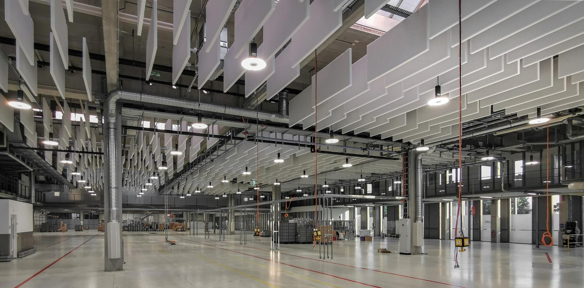 Industriebaffeln als Akustikdecke in einer Halle