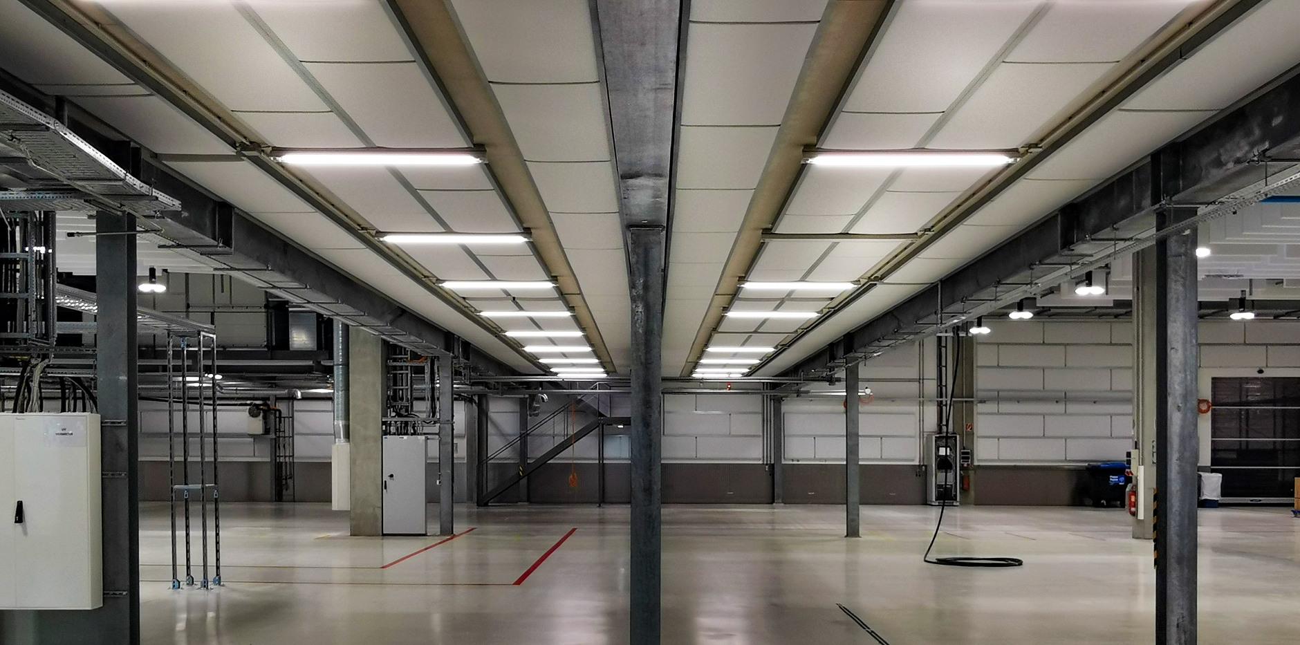 Akustik Paneele an der Decke und Wand einer Industriehalle
