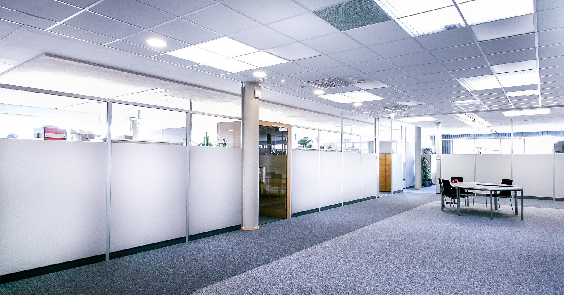 Raumhohe FleXX Akustik Trennwände mit Sichtglas im Büro
